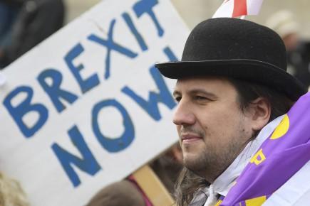 Depuis Bruxelles, le président de l'Eurogroupe Jeroen Dijsselbloem a appelé mardi le Royaume-Uni à adopter une «attitude différente» vis-à-vis de l'UE, si le pays veut que le divorce se passe «de manière ordonnée».