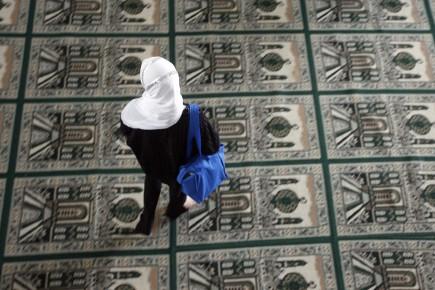 Une femme visite une mosquée.... (Archives La Presse, François Roy)