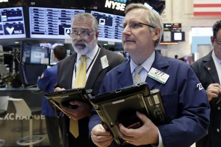 Le Dow Jones a reculé de 27,40 points à 19 799,85 points, lundi.