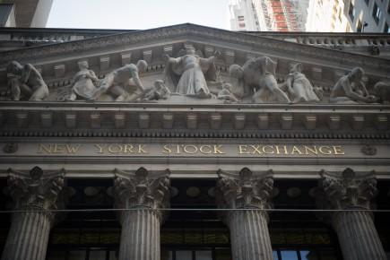 Après plusieurs semaines d'envolée, les indices ne se sont pas éloignés de leur records vendredi: le Dow Jones a même réussi la performance d'en signer onze de suite, du jamais vu depuis 1987.