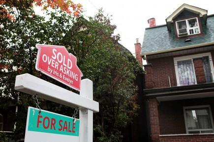 Legouvernement de l'Ontario a décidé d'imposer une taxe de 15% sur les achats immobiliers par des investisseurs étrangers dans l'espoir de refroidir la surchauffe immobilière à Toronto.