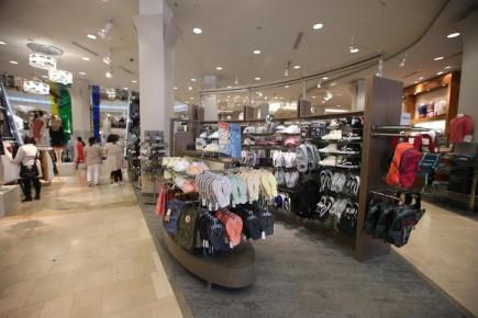 Les magasins Simons vendent déjà quelques paires de chaussures dans le rayon des accessoires, mais le détaillant a décidé de créer dans espaces de bonne dimension consacrés à cette marchandise. Le premier ouvrira plus tard cette année aux Galeries d'Anjou. Sur notre photo, on reconnaît le magasin du centre-ville de Montréal.