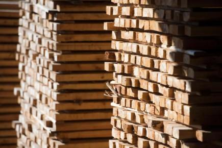 Lundi, le département américain du Commerce a annoncé un droit antidumping préliminaire de 6,87% sur les exportations canadiennes de bois de sciage, qui sont frappées d'une taxe frontalière d'environ 27%.