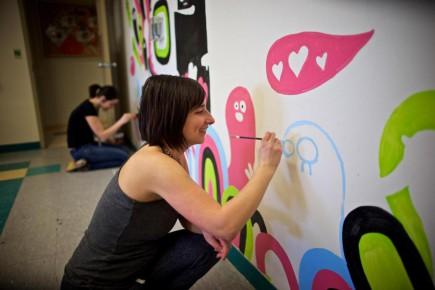 La popularité croissante de l'auteure et illustratrice Elise Gravel sur les réseaux sociaux a fait exploser la demande pour ses oeuvres imprimées, utilisées notamment pour décorer des chambres d'enfants.