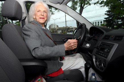 elle conduit encore 90 ans roger blackburn roger blackburn. Black Bedroom Furniture Sets. Home Design Ideas
