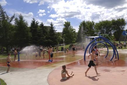Les jeux d'eau sont toujours populaires sur la... (Photo Le Quotidien, Roger Blackburn)