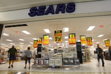 Sears Canada, qui mène ses activités sous la protection de la Loi sur les arrangements avec les créanciers des compagnies (LACC), a entrepris des ventes de liquidation, vendredi, dans ses 59magasins à travers le pays qu'elle entend fermer.