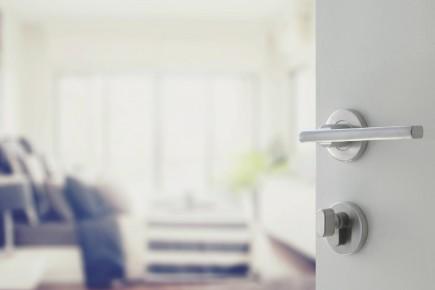 55306420 - opened white door to modern bedroom... (Photo 123rf)