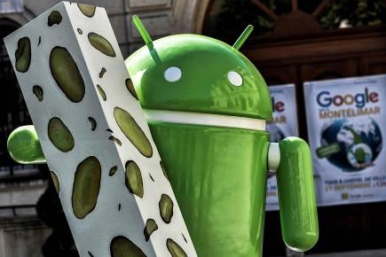Une statue du robot Android donnée par Google installée à Montélimar.