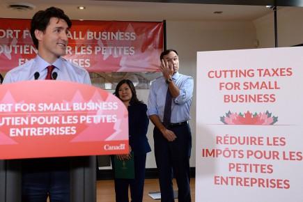 Le premier ministre Justin Trudeau et le ministre des Finances Bill Morneau ont confirmé la réduction du fardeau fiscal des petites entreprises au cours des 18prochains mois à Stouffville, le 16octobre.