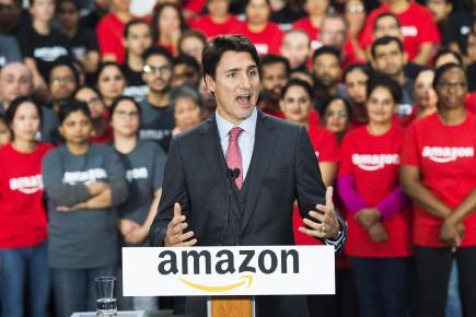 Justin Trudeau lors d'une visite d'un centre de traitement des commandes d'Amazon en octobre 2016.