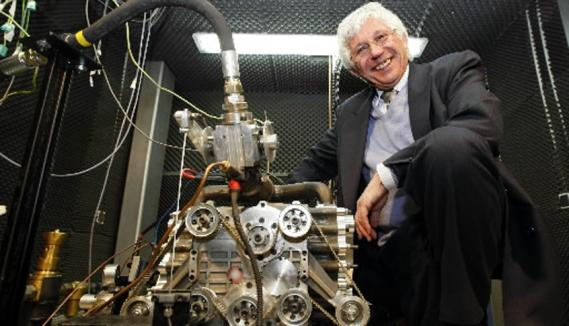 Guy nègre, à la tête de la société mdi, pose avec un moteur