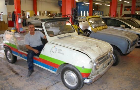 Gilles Lafond entreprendra sous peu la restauration de cette Renault 4 Plein Air, la dernière survivante d'une quarantaine qui ont servi à Terre des Hommes. Derrière, on aperçoit une épave dont il pourra prélever des pièces.