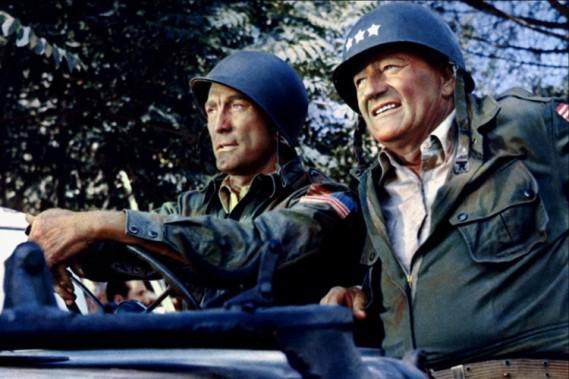 """Le Hummer est devenu un symbole aux USA; sa perception est aussi polarisée que la politique américaine. Pour la gauche et la droite, il est comme """"John Wayne sur 4 roues"""". Ci-haut, John Wayne dans le siège du passager d'une Jeep, avec Kirk Douglas, dans le film «L'ombre d'un géant»."""