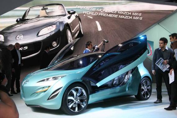 L'étude Kyora préfigure non seulement certains codes esthétiques des futures Mazda, mais aussi les technologies qui permettront d'abaisser la consommation de 30 % d'ici 2015.