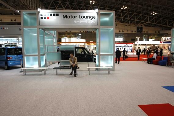 Symbole de l'abandon qui frappe le Salon de Tokyo, le Motor Lounge est arpenté par quelques personnes là où devait initialement se trouver Hyundai.