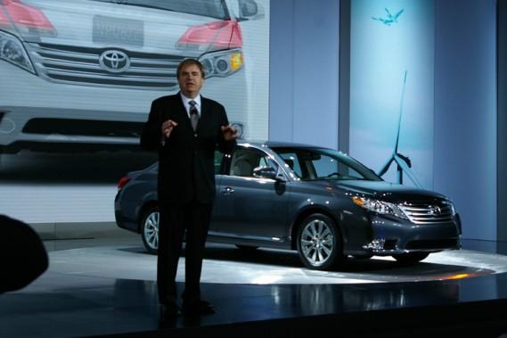 Bob Carter, de Toyota USA, a tenu à dévoiler lui-même la nouvelle  berline Avalon 2011.