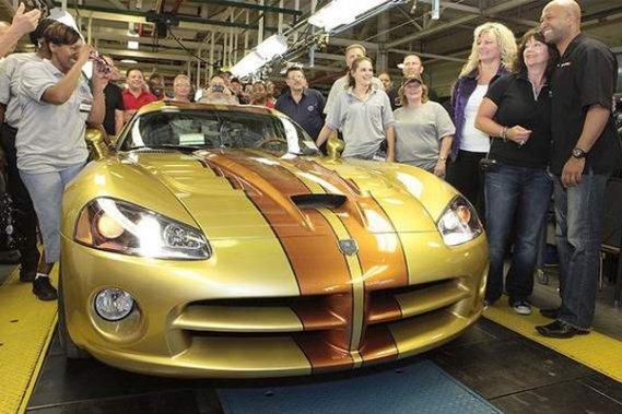 La dernière Viper de première génération est sortie d'usine en juillet dernier en présence du Montréalais Ralph Gilles (à l'extrême droite), aujourd'hui à la tête de la division SRT, marque sous laquelle sera lancée la Viper 2013.