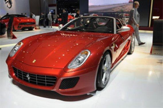 Plus de 300 marques de 20 pays sont attendues au Mondial, qui présentera  des modèles glamour, comme la décapotable Ferrari SA Aperta (arceaux  fixes et toile de secours, mais sans toit rétractable), limitée à 80  exemplaires.