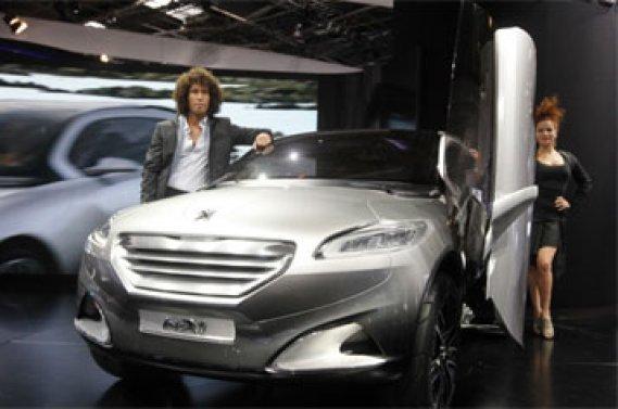 Peugeot (notre photo), Citroën, Mitsubishi, Nissan ou encore Renault, présentent des  voitures électriques concrètes, qui seront disponibles dans quelques  mois seulement.