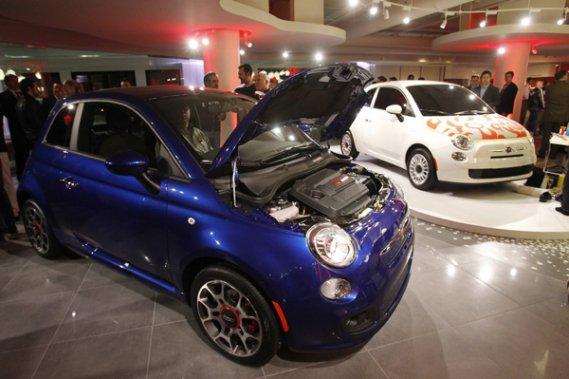Les premières Fiat 500 américaines sont arrivées mercredi dans un concessionnaire Chrysler de Los Angeles.