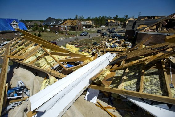Ce commerce de matériaux a été complètement détruit par le passage d'une tornade à Sanford, en Caroline du Nord. (Photo: Reuters)