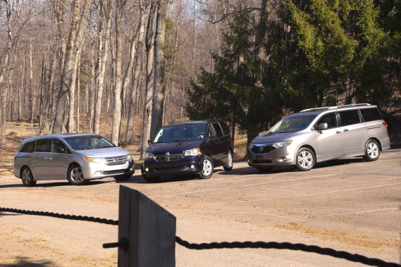 Dans l'ordre habituel, la Honda Odyssey, la Dodge Grand Caravan et la Nissan Quest.
