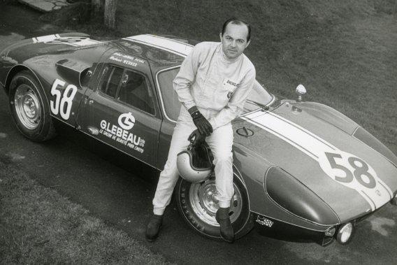Photographié ici en 1968, avec une Porsche 904, Jacques Duval est un personnage central de l'histoire du sport automobile québécois. Il vient d'être intronisé au Temple de la renommée du sport automobile canadien.