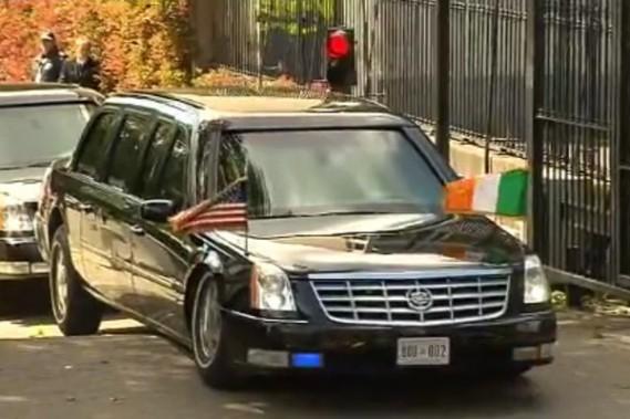 La limousine du président américain Barack Obama est restée bloquée à la sortie de l'ambassade américaine d'Irlande, à Dublin.