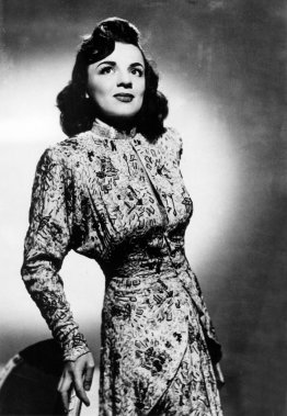 Alys Robi, au sommet de la gloire en 1947, vêtue d'une robe en soie perlée alors qu'elle tente sa chance à Hollywood. (Photo: Archives La Presse)