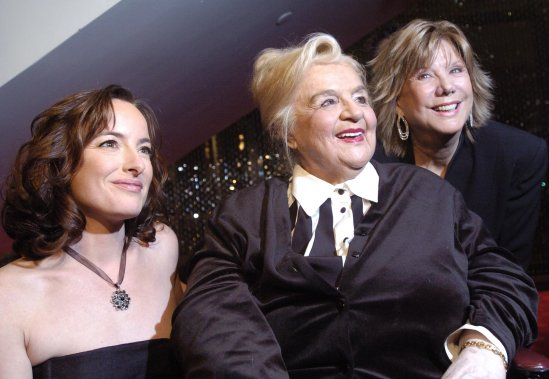 L'actrice Pascale Bussières -qui incarne la diva-, Alys Robi et la réalisatrice Denise Filiatrault, lors de la première du film Ma vie en cinémascope, en 2007. (Photo: Martin Tremblay, Archives La Presse)