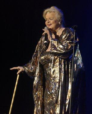 Alys Robi en performance lors du spectacle Si Alys m'était chantée, au cabaret du Casino de Montréal en 2005. ()
