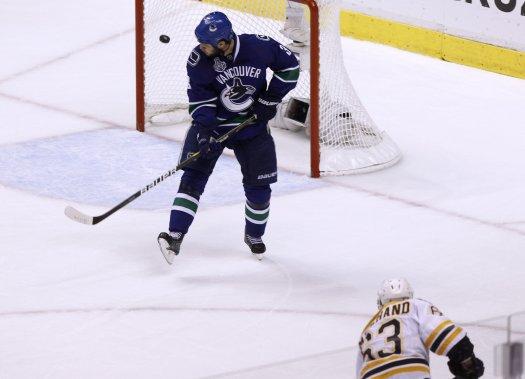 Brad Marchand a marqué le 4e but des Bruins dans un filet désert. (Photo Reuters)