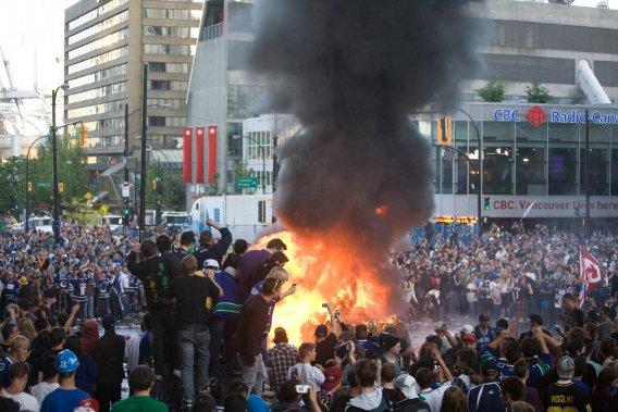 Pendant que les Bruins célébraient... Les fans des Canucks étaient en colère dans les rues de Vancouver. (Photo PC)
