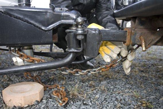 Les chaînes de sécurité reliant l'automobile à une remorque doivent toujours être bien en place, installées en croisée, afin d'éviter un incident.