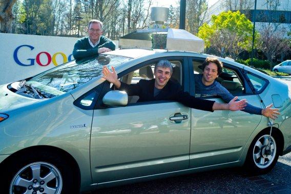 Le président du conseil d'administration de Google, Eric Schmidt (debout), accompagné de Larry Page et Sergey Brin, les cofondateurs de la multinationale informatique, à bord d'une voiture Google automatique.