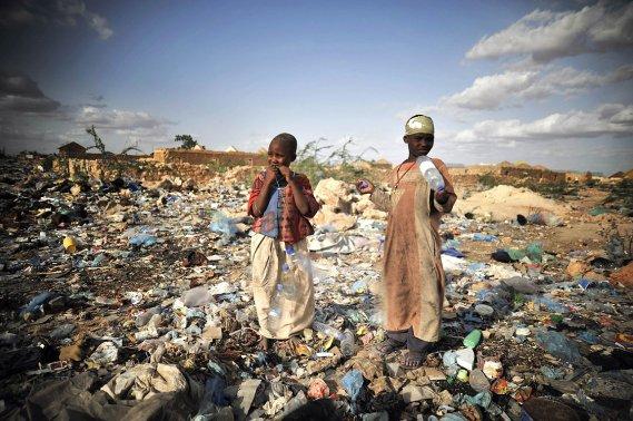 348076-enfants-fouillent-dechets-recherchent-objets