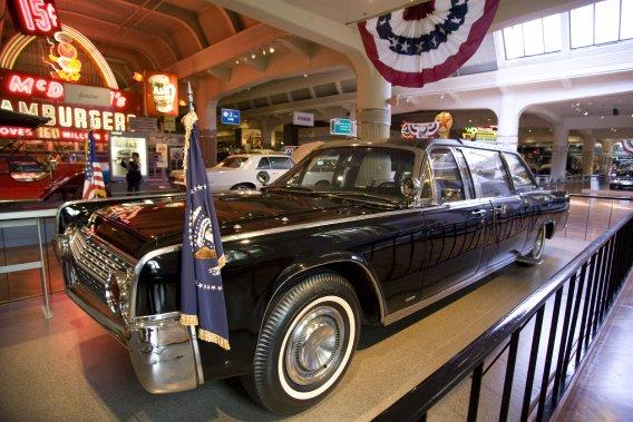 La limousine Lincoln Continental 1961 utilisée par le président John F. Kennedy lors de son assassinat, le 22 novembre 1963.