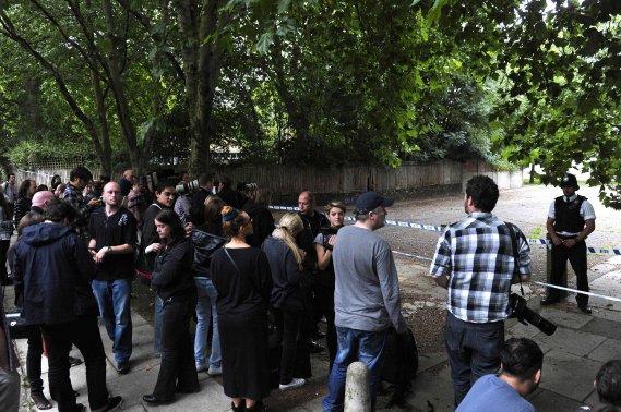 Une foule s'est rapidement massée aux abords de la résidence de la jeune chanteuse. (Photo AFP)
