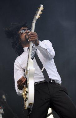 Le guitariste de Janelle Monäe - Spectacle du 29 juillet 2011 (Photo: Bernard Brault, La Presse)
