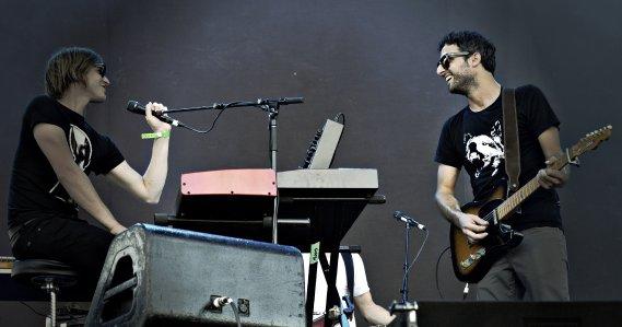 Karkwa sur la scène de la rivière. Le chanteur Louis Jean Cormier. Au clavier: François Lafontaine. (Photo: Bernard Brault, La Presse)