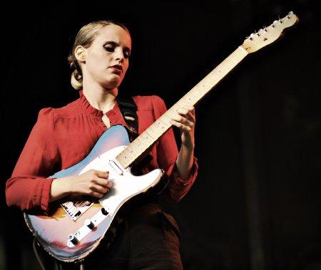 La chanteuse Anna Calvi sur la scène Verte. (Photo: Bernard Brault, La Presse)
