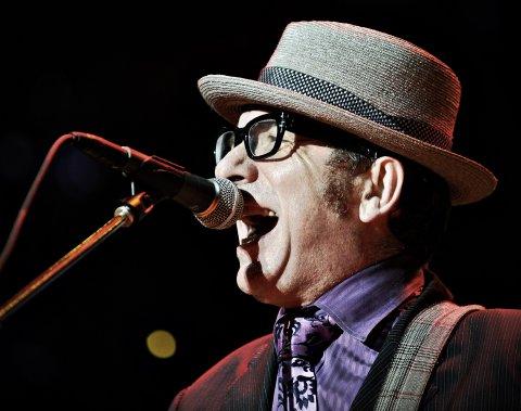 Spectacle de Elvis Costello and The Imposters sur la scène de la rivière. (Photo: Bernard Brault, La Presse)