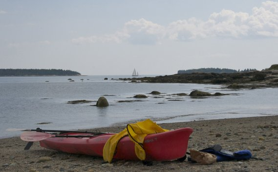 Kayak et voilier… (Hugo de Grandpré, La Presse)