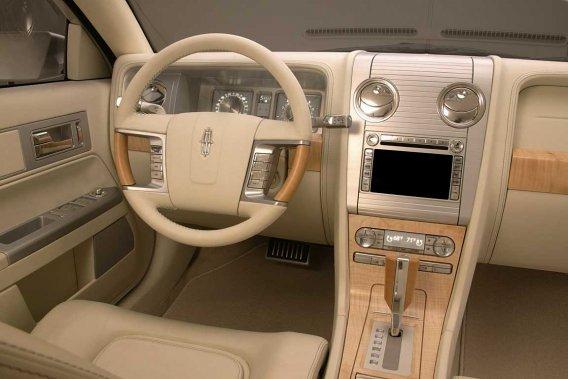L'intérieur de cette Lincoln Zephir 2006 était absolument renversant, avec son cuir couleur crème, son bois Harewood clair et ses appliqués de chrome savamment agencés.