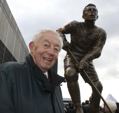 Jean Béliveau devant sa statue lors de l'inauguration de la place du Centenaire du Canadien, en 2008. (François Roy, La Presse)