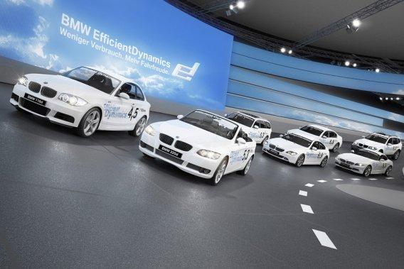 Le Salon de Franfort, sans doute le plus important au monde, voit des constructeurs comme BMW construire des pistes d'essais temporaires à l'intérieur du hall d'exposition.
