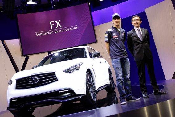 Le champion du monde de F1 Sebastian Vettel, à gauche, et le directeur de la création chez Infiniti Shiro Nakamura, à droite, posent à côté de la prochaine Infiniti FX Sebastian Vettel version au Salon de l'automobile de Francfort, en Allemagne.