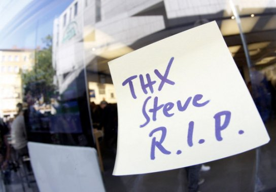 Une note de remerciement est laissée sur la vitrine du Apple Store de Munich, en Allemagne. (Photo: Reuters)