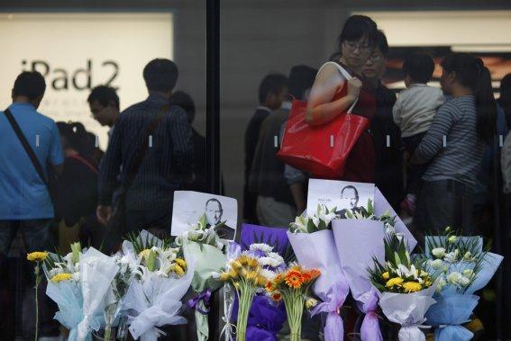 Des fleurs sont déposées devant le Apple Store de Shanghai. (Photo: Reuters)